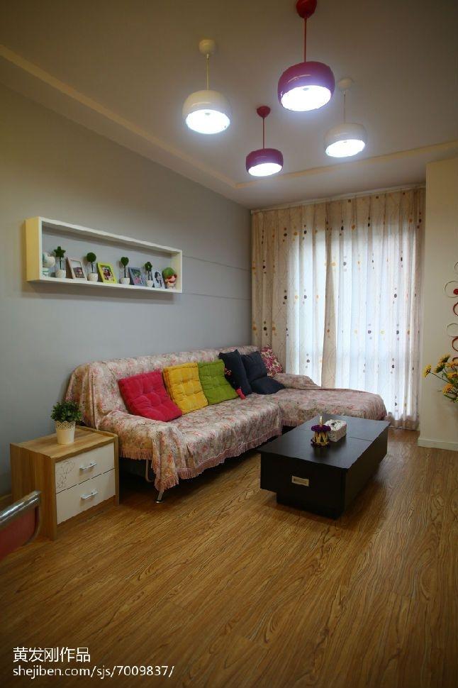 灰色墙面配绿色沙发体现不一样的感觉